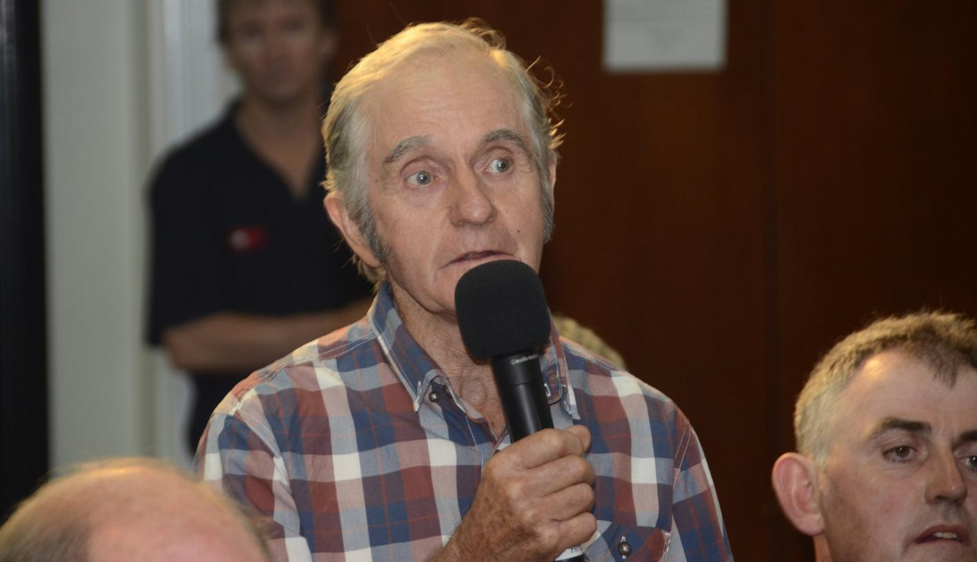 Dairy farmer Neil Williams asks a questions at the Echuca water meeting